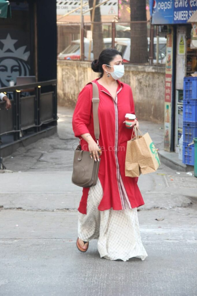 Charmy-Kaur-spotted-in-Mumbai-Streets_7-