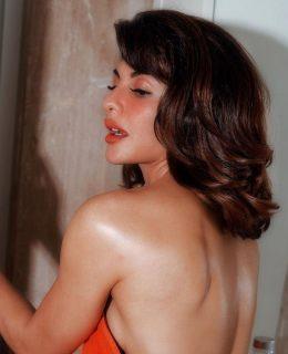 Pics: Jacqueline Fernandez Wraps A Towel Alone
